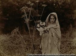 作品画像:セリの小花をもつ女性