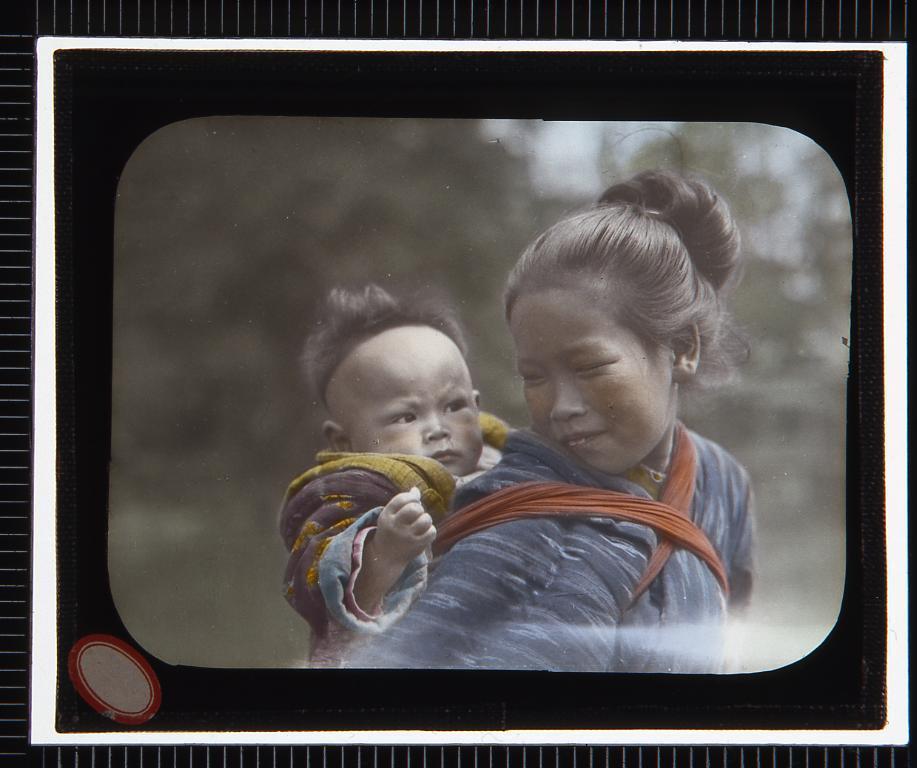 作品画像:赤ん坊をおぶった少女(幻燈原板)