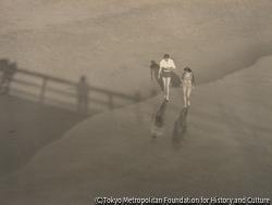 海辺 男と女 橋の影