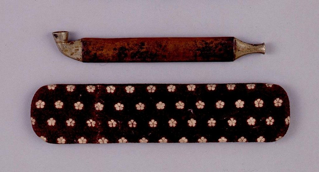 作品画像:小桜文染革煙管筒並びに煙管