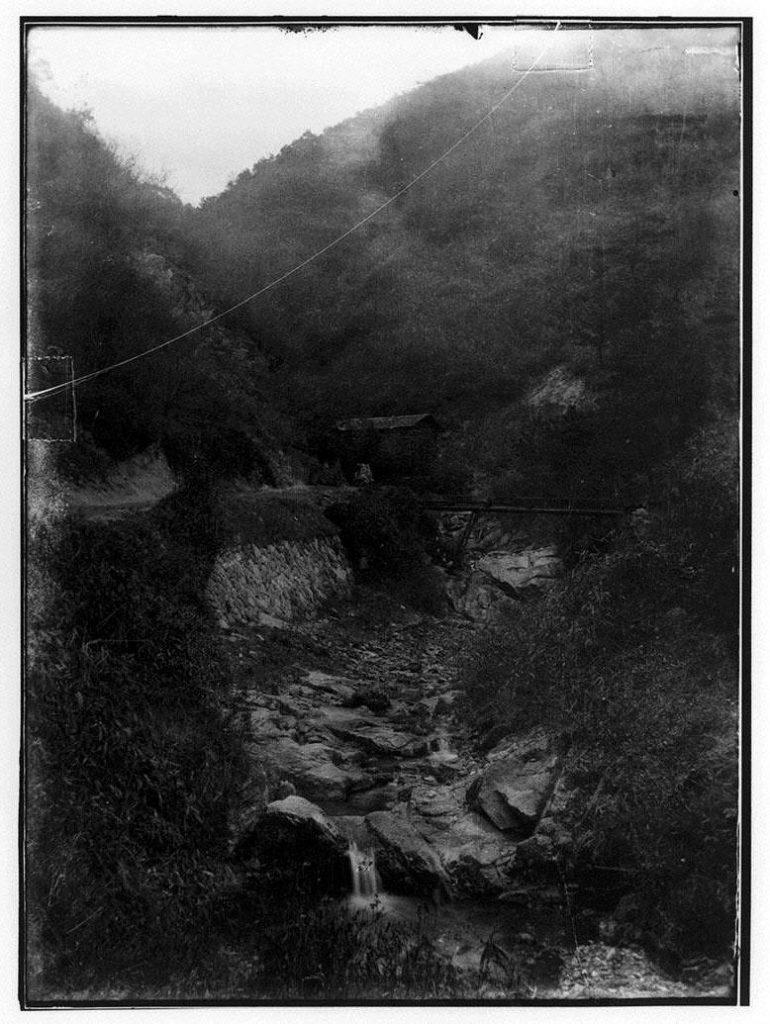 作品画像:渓谷と木橋