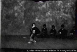 作品画像:(舞台で踊る女性)