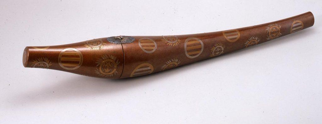 作品画像:三引両竹雀紋散蒔絵刀筒