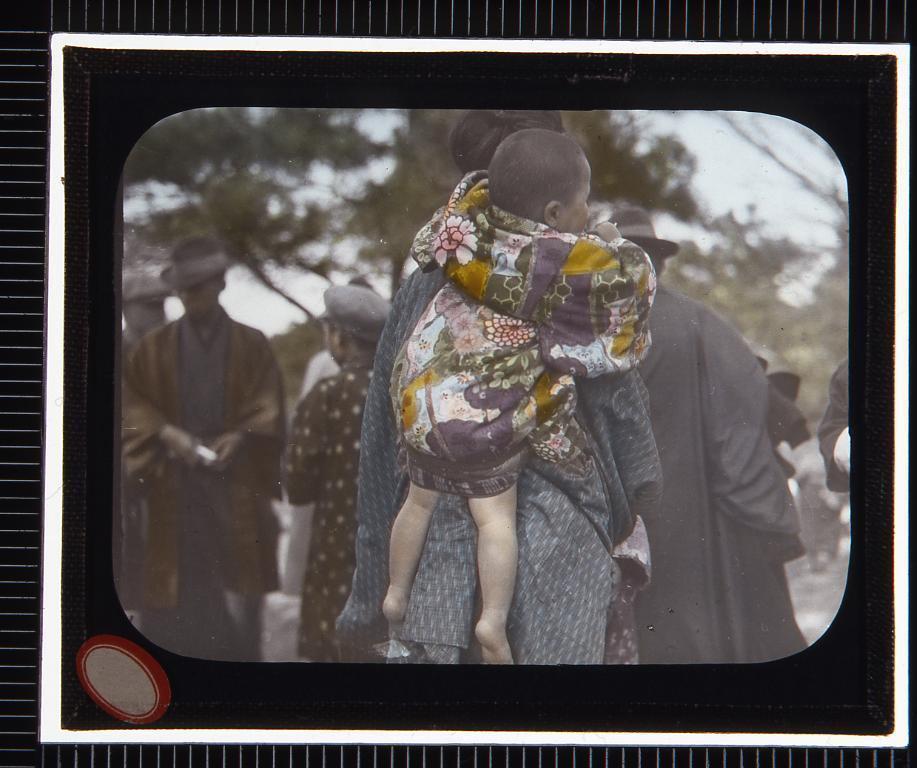 作品画像:赤ん坊をおぶった女性(幻燈原板)