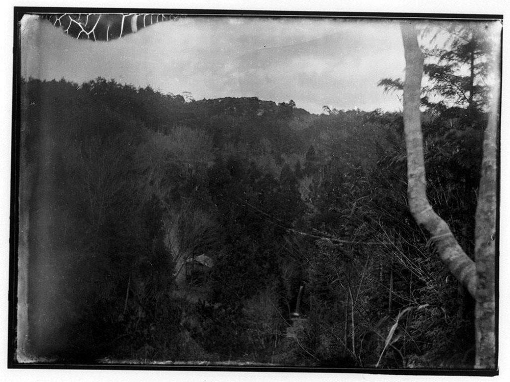 作品画像:山中の滝と小屋