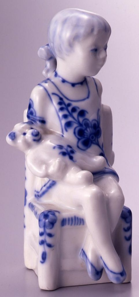 作品画像:陶製人形(熊を抱く少女)