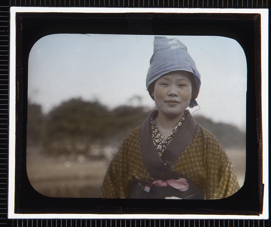 作品画像:姉さんかぶりの女性(幻燈原板)