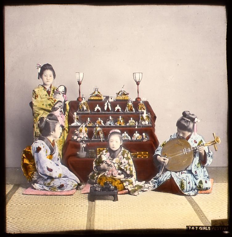 作品画像:雛人形の前の少女たち
