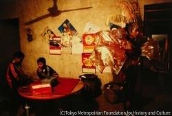作品画像:80歳の農民の誕生日パフォーマンスで出番を待つララ、四川省
