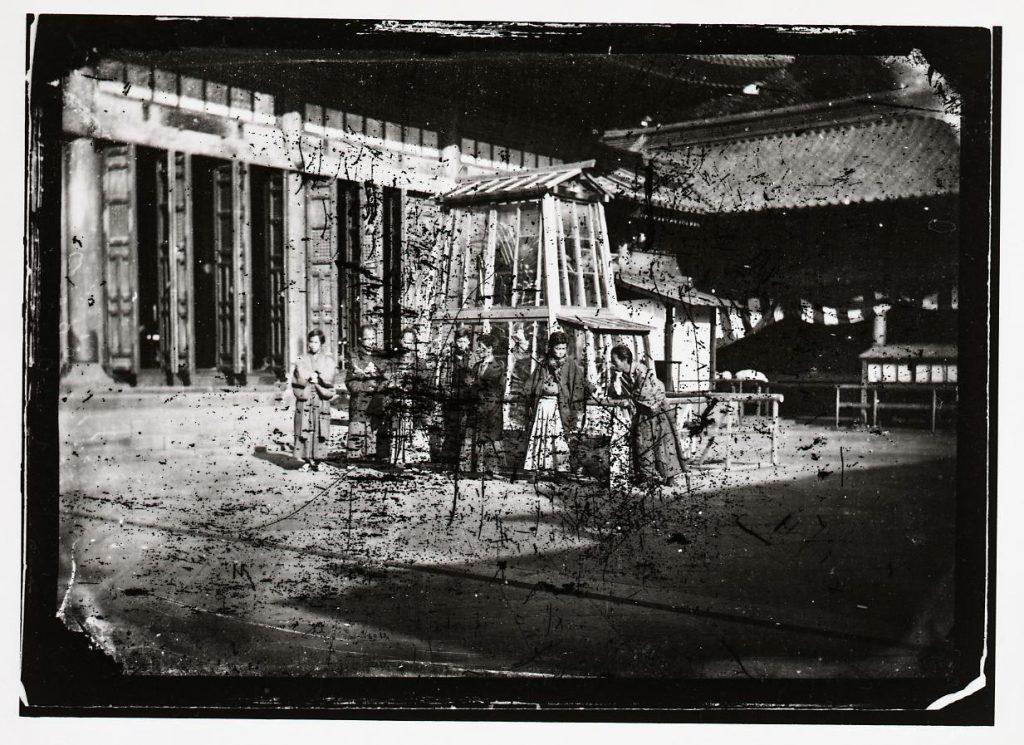 作品画像:文部省博物局主催博覧会湯島聖堂会場 金の鯱を囲む人々
