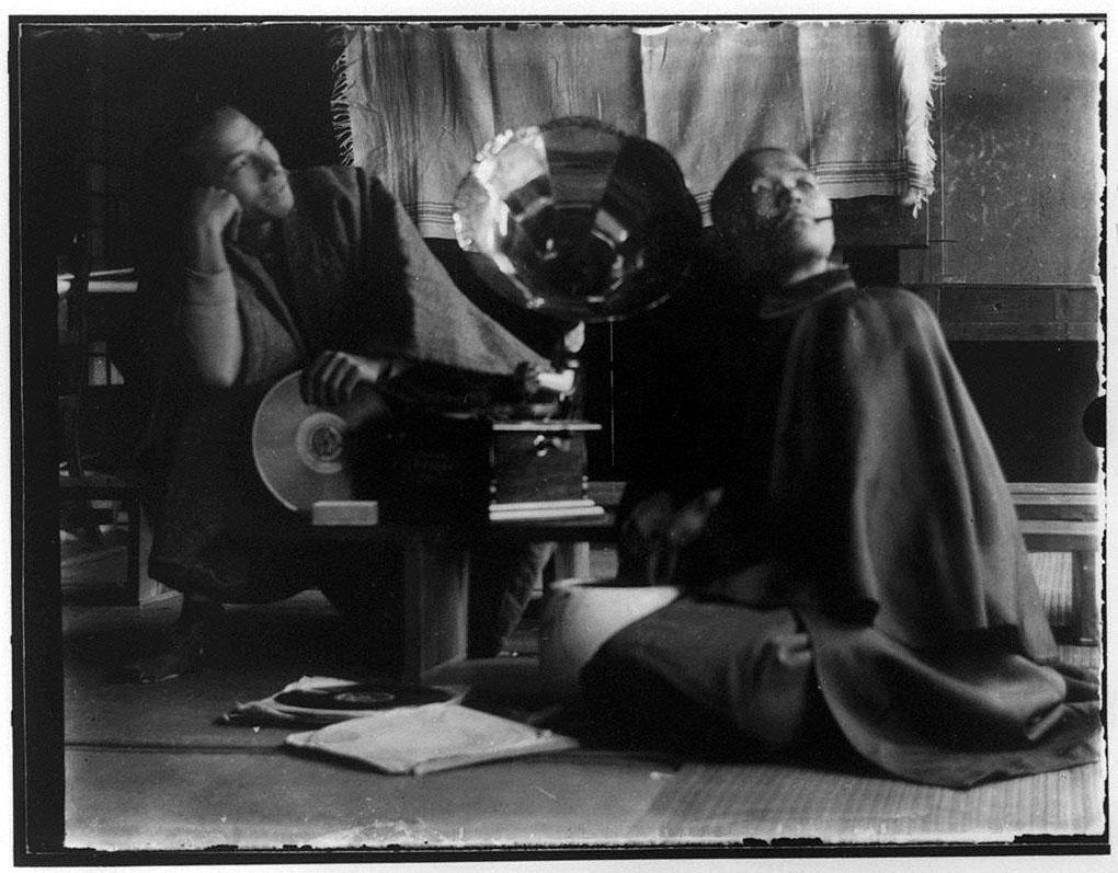 作品画像:蓄音機と2人の子供