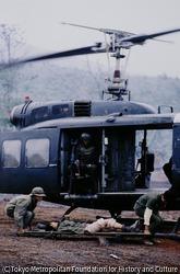 作品画像:負傷兵をヘリに担ぎ込む
