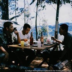 作品画像:急ごしらえの食卓で食事を楽しむ政府軍の将校たち