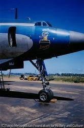 作品画像:サントメ島とビアフラを毎日往来している救援機。オンボロの払い下げの飛行機がほとんどだ