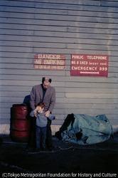 作品画像:緊急用通報電話の番号「999」が書かれた看板