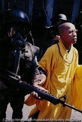 ドン・バン・ミン軍事政権下でも仏教徒は弾圧された。デモを弾圧しようとする兵士を制止する僧侶