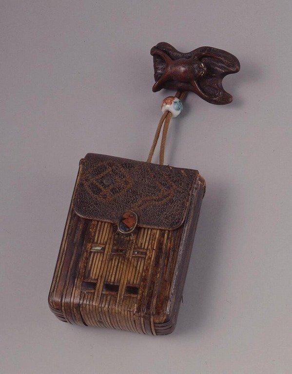作品画像:革かぶせ竹編一つ提げたばこ入れ