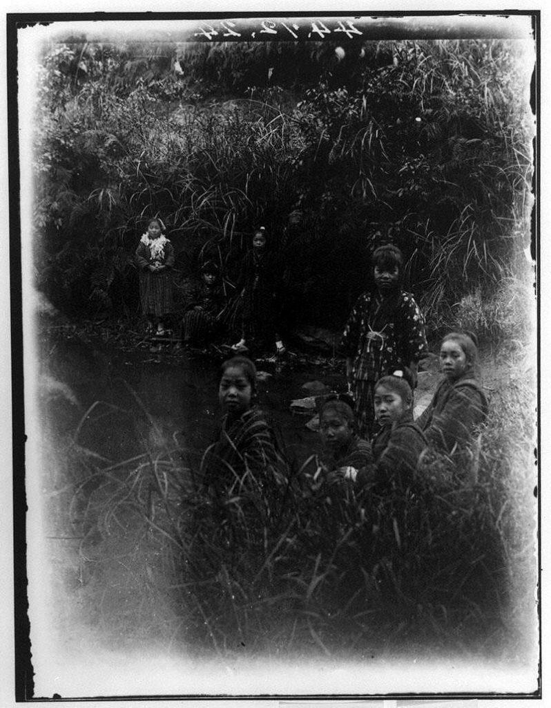作品画像:水辺の少女集合写真
