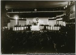 作品画像:大正15年、両津劇場で山本悌二郎らが出席して、第1回の模擬国会が開催された