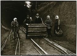 作品画像:道具の「ぬめり」は、竹や材木をレールの代わりにした当時では大切な運搬用具だ