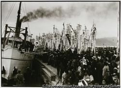 作品画像:昭和12年第八佐渡丸に乗り込んだ出征兵士を送る別れのテープが、海に流される