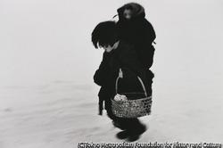 作品画像:赤子を背負った子