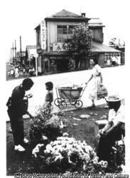 作品画像:伊藤整『若い詩人の肖像』小樽市内(正面の二階家は小林多喜二が下宿していた家)