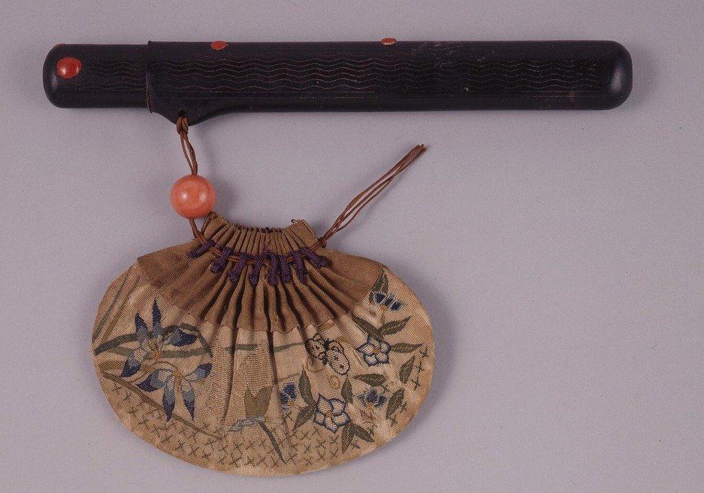 作品画像:古代裂虫に秋花文百ひだ巾着型腰差したばこ入れ
