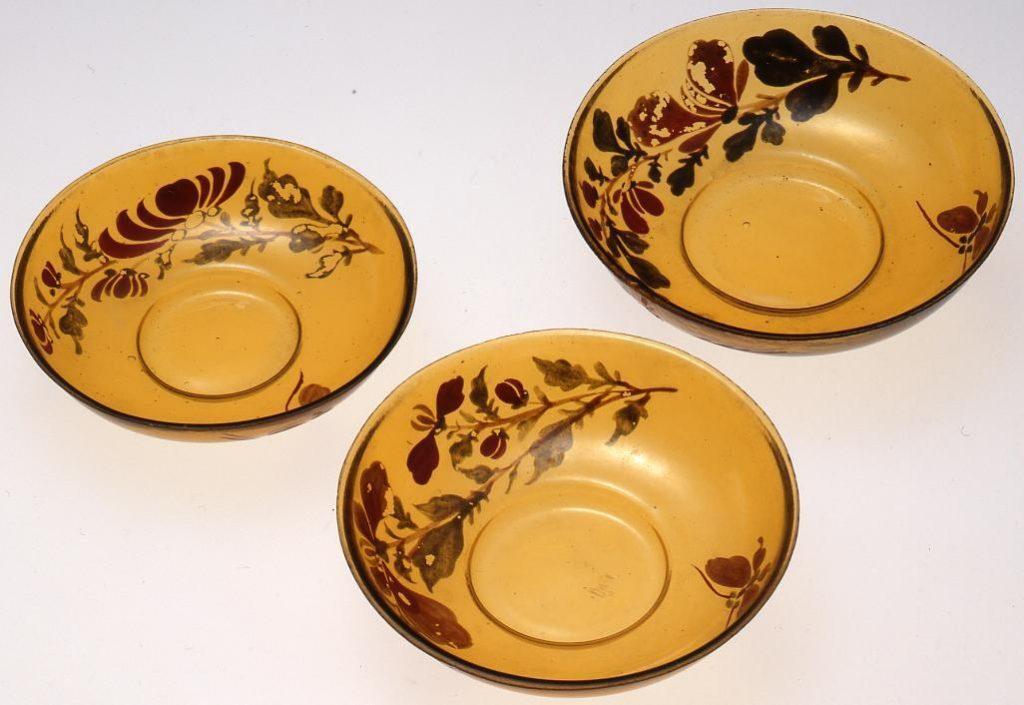 作品画像:黄色花に蝶の絵入り三ッ組平盃