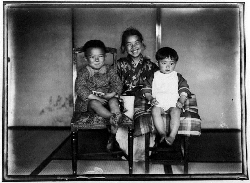 作品画像:椅子に座る子供たち