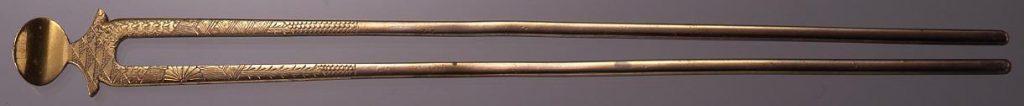 銀鍍金菊紋彫簪