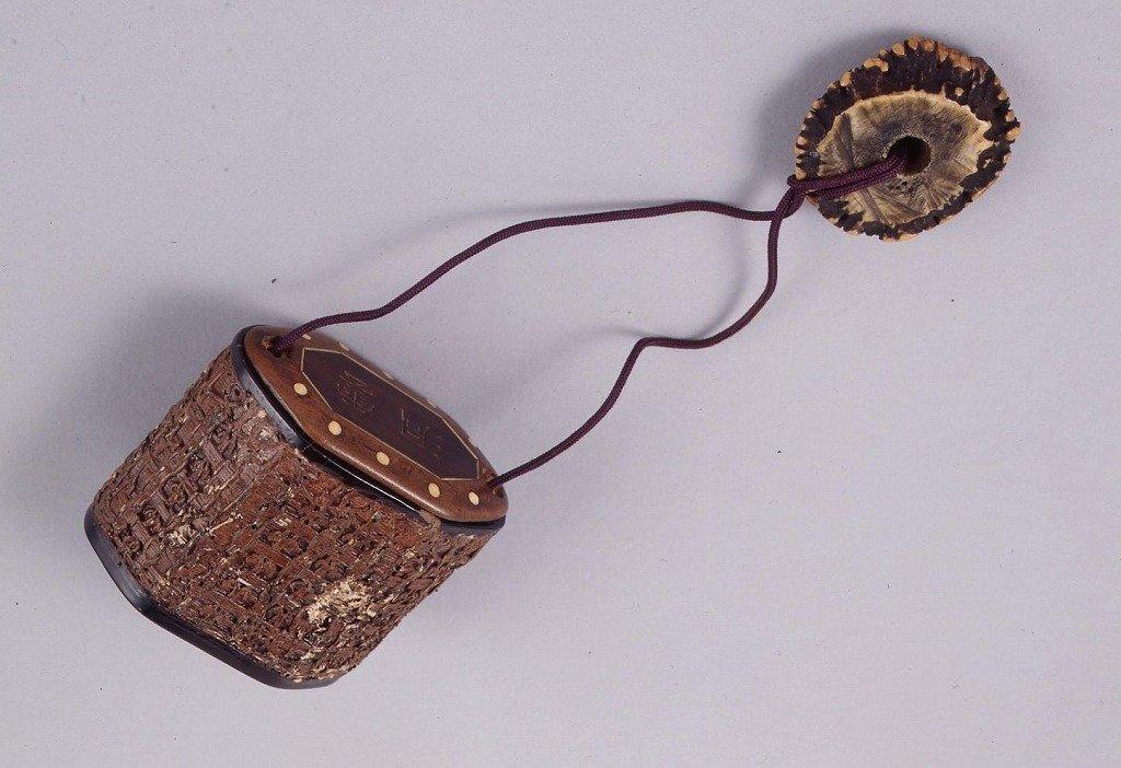 作品画像:一閑張蓋木製洞雲文字彫文政三年洛東文字入一つ提げたばこ入れ