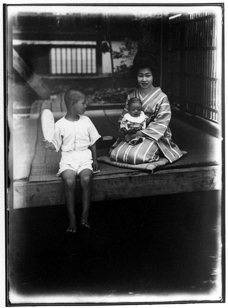 作品画像:幼児を抱く女性と少年