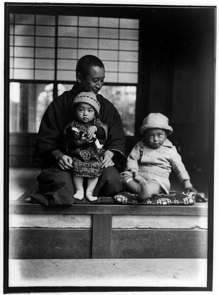 作品画像:男性と2人の幼児