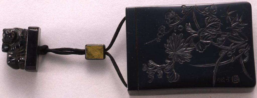 作品画像:菊彫一つ提げたばこ入れ