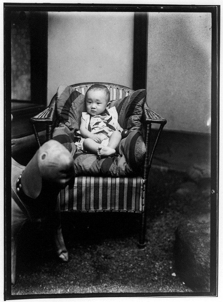 作品画像:椅子に座る幼児と大きな犬のおもちゃ