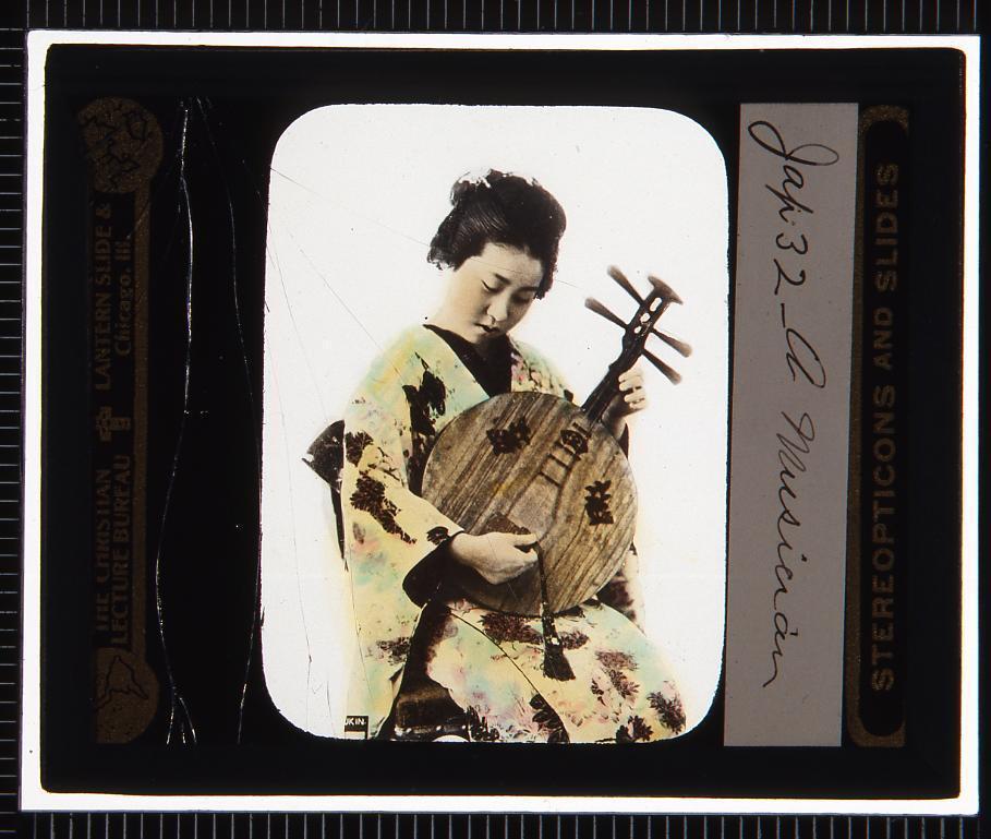 作品画像:琵琶を弾く芸者(幻燈原板)