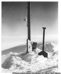作品画像:(雪に埋まる看板)