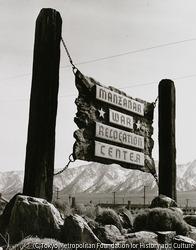 作品画像:収容所入口の看板。マンザナー戦時転住所。