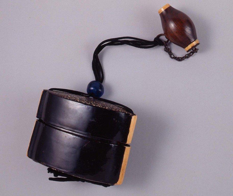 作品画像:木製螺鈿入黒漆塗とんこつ一つ提げたばこ入れ