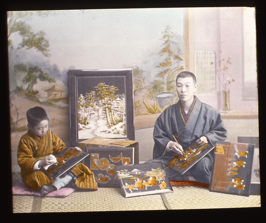 作品画像:細工絵を仕上げる男性と男児