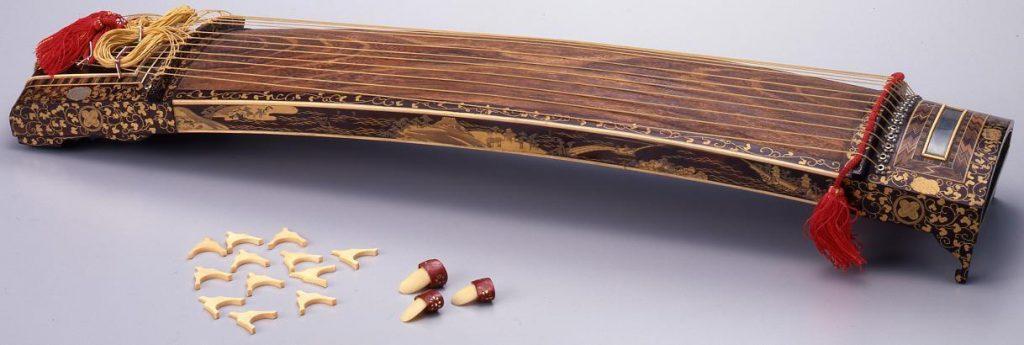 作品画像:丸に違い鷹の羽紋散近江八景牡丹唐草文蒔絵箏雛道具