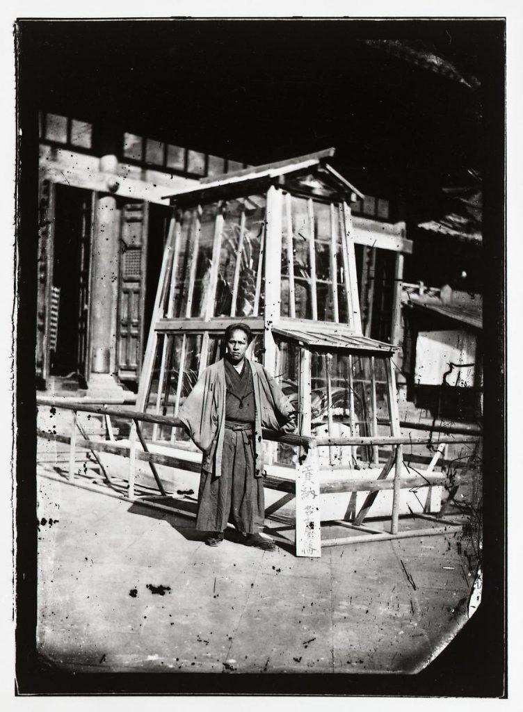 作品画像:文部省博物局主催博覧会湯島聖堂会場 金の鯱と男性