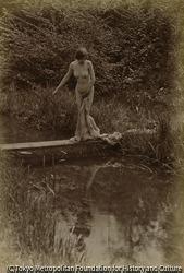 作品画像:野外 水辺に立つヌード