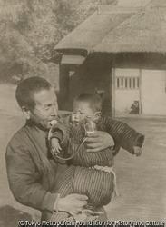 子供を抱く男