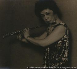 作品画像:フリュートを吹く女