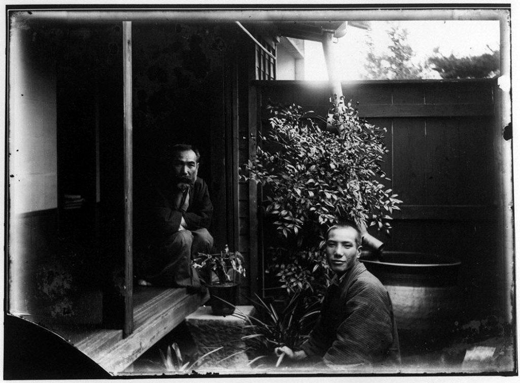 作品画像:縁側の2人の男性