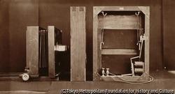 作品画像:撮影用カメラと電気シャッターの背部