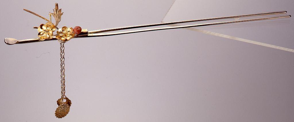 作品画像:銀鍍金珊瑚梅枝飾耳掻簪