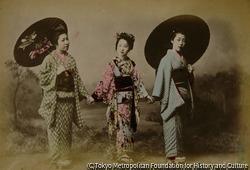 作品画像:(傘を差して手をつなぐ三人の女性)
